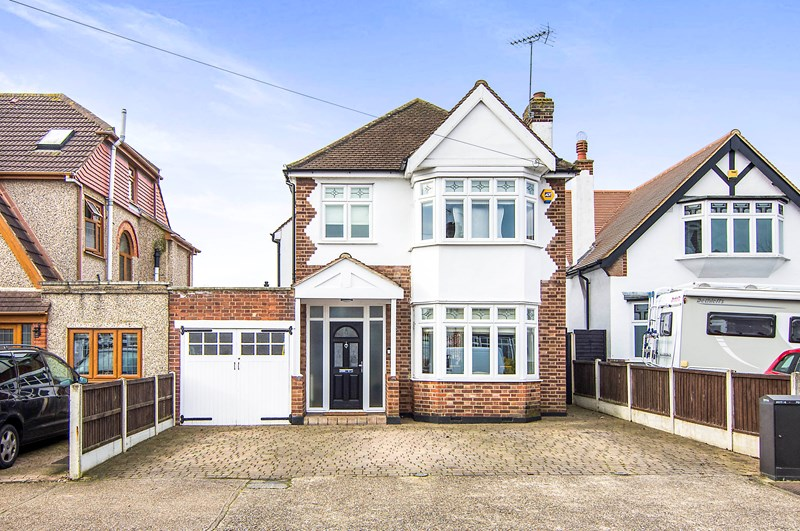 3 Bedrooms Detached House for sale in Dee Way, Rise Park, Romford